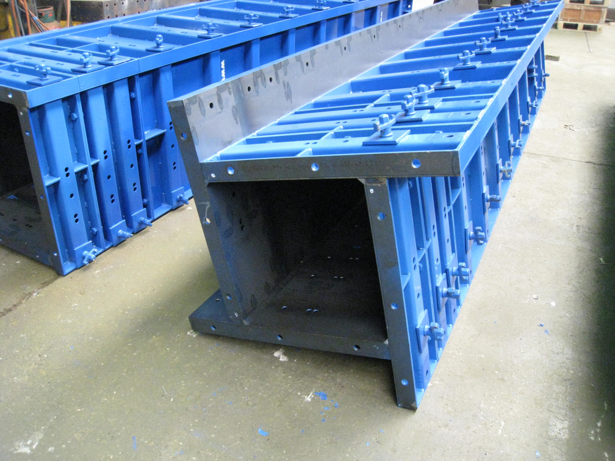 adjustable columns of steel for construction support